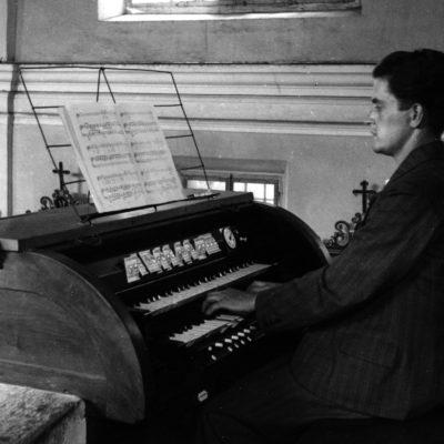 an der Orgel in Kropa 1927